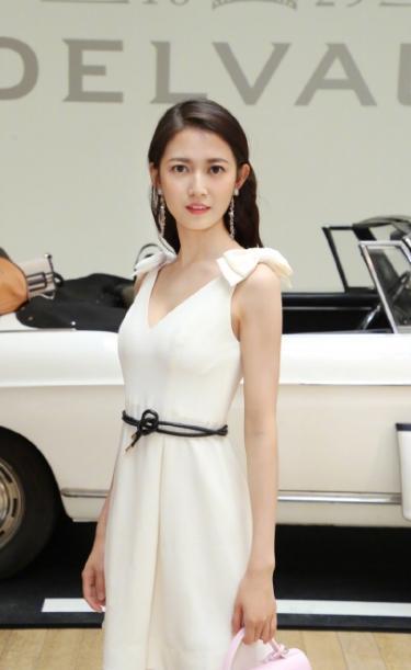 陈钰琪巴黎时装周秀高级,不系腰带竟捆个绳子,效果还挺亮眼