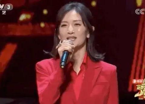 女神谢娜,完美发型服装搭配,一身红装登上中央电视台