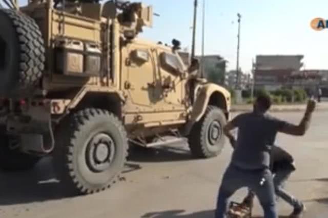 驻叙美军撤离、库尔德民众向美军扔土豆,大骂:骗子,像老鼠一样