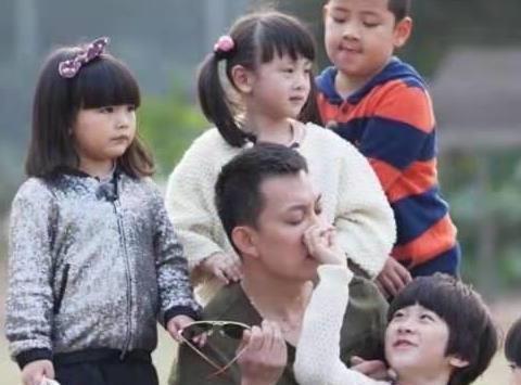 杨威的儿子杨阳洋终于长大了,田里插秧有模有样,越来越像妈妈