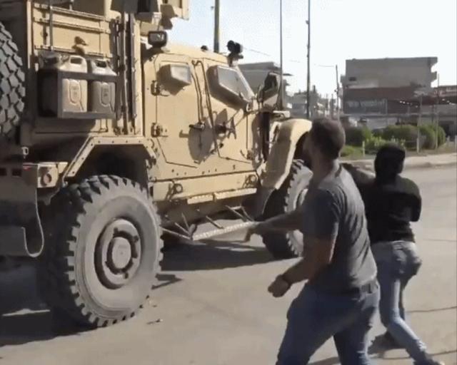 库尔德人失望至极:向美军撤离车队猛砸土豆 高呼美国人是骗子