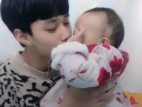 爸爸亲了宝宝一口,宝宝作呕吐状,爸爸:好尴尬,说好的小棉袄呢