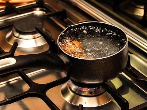 煮鸡蛋时,直接下锅是大错特错!多加这一步,鸡蛋又香又嫩好剥壳
