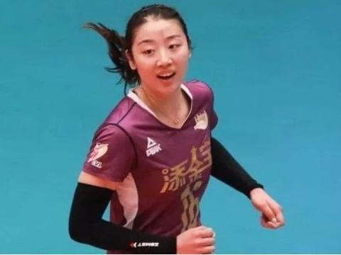本该离开中国女排,郎平却看出她的潜质,培养多年终成女排顶梁柱