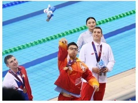 中国选手凌华男夺男子100米混合救生金牌