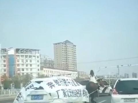 """继引擎盖维权后,奔驰再现另类维权方式,""""宝马""""拉奔驰""""游街"""""""