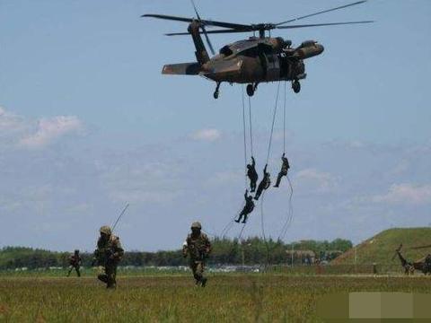 为什么有些直升机不直接降落让士兵离机,而让士兵顺着绳子索降?