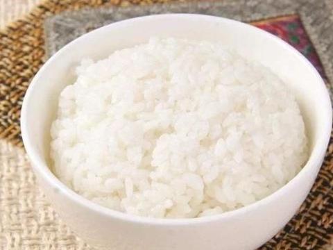 煮米饭时,这样做出来的米饭颗粒分明还香,很多人第一步都做错了
