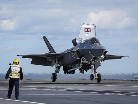 F-35B飞行员在航母上摔了一跤,更让皇家海军纳闷,是谁泄露的?