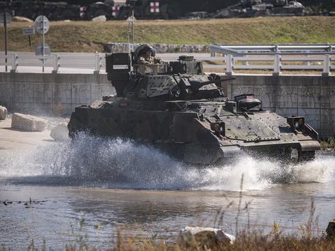 美军军演发生意外事故,步兵战车翻进河中,导致3死3伤
