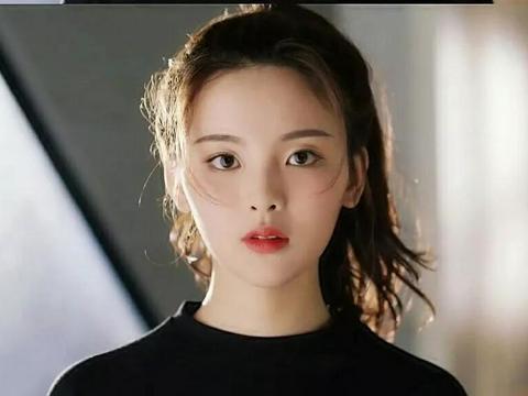 21岁杨超越入选福布斯精英榜,从初中毕业到当红小花,她太励志