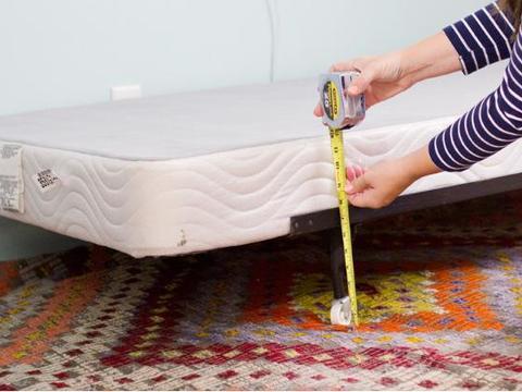 制作一条简易的床裙,可以提升整个床的外观,不仅漂亮且制作简单