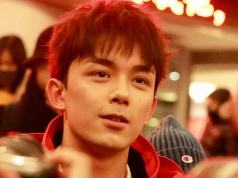 吴磊现身春晚第四次联排 身穿红色大棉袄阳光帅气