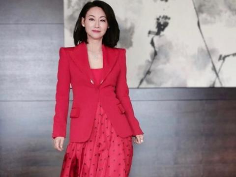 惠英红穿波点红裙气场A爆了,涂大红唇美出新高度,一点不像59岁