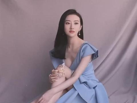 和张继科分手后,景甜有了新玩具,穿着裙子玩海螺太美了