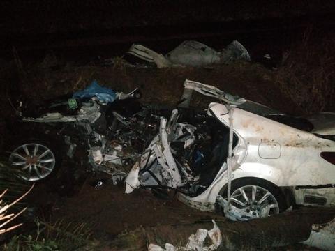 3名男子凌晨开车撞树死亡,知情人:都是在校学生,刚过生日聚会