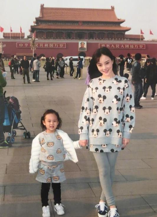 李小璐和女儿在路人相机下相貌太普通,女儿的穿着却被称赞为潮娃