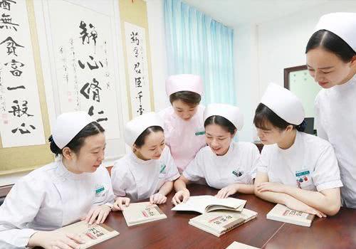 25岁的女护士在三甲医院工作,8月工资曝光,引网友热议