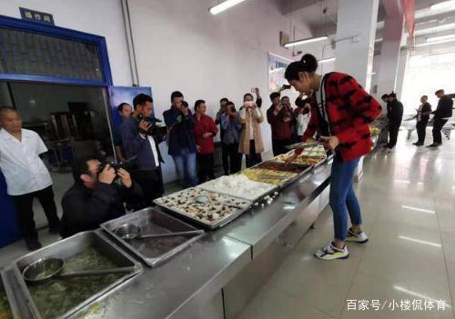 朱婷回河南女排,与队友食堂就餐两个细节,让跟拍记者感慨不已