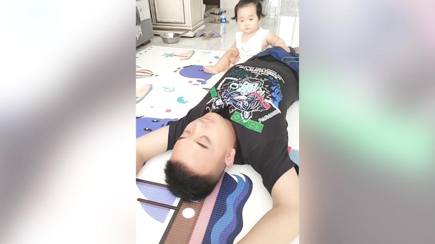 爸爸假装晕倒了,宝宝的反应真是太暖心,不愧是小棉袄
