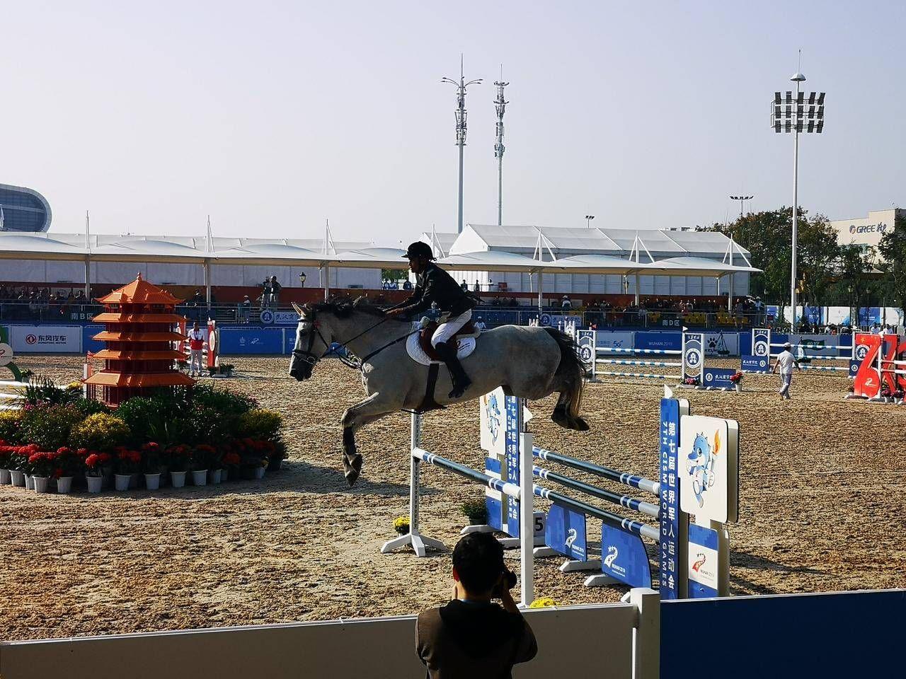 武汉商学院56名学生志愿者服务赛会用马