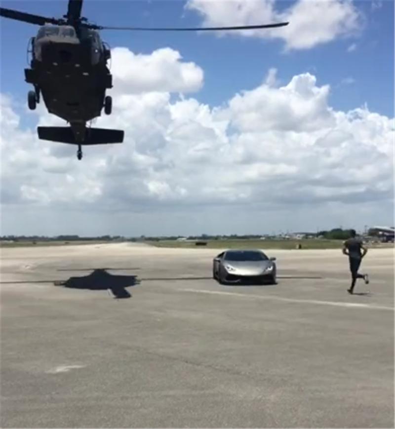 同样是忘带钥匙,普通人回去拿,而土豪直接用私人直升机送过来