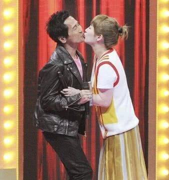 57岁齐秦和33岁娇妻上节目,现场拥抱亲吻!网友:像父女!
