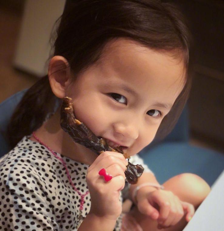 黄磊的富养女有多夸张?看到二女儿的自拍,网友:比李湘还过分