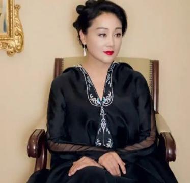 王姬57岁还风韵犹存,穿一袭蓝色礼服美成焦点