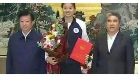 实至名归 女排奥运冠军当选劳模 龚翔宇被市委书记接见颁发证书