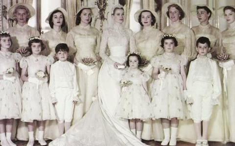 没戴王冠的王室新娘:挪威王后穿百货店婚纱,戴人造花当王冠