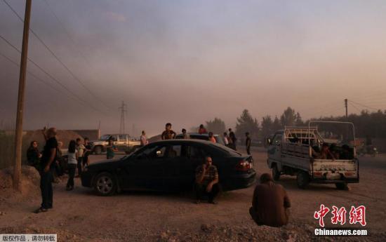 材料图:正在停止数小时空袭战炮水进犯后,土耳其戎行已经由过程4条道路进进道利亚疆域乡镇推斯艾果战泰勒艾卜耶德。