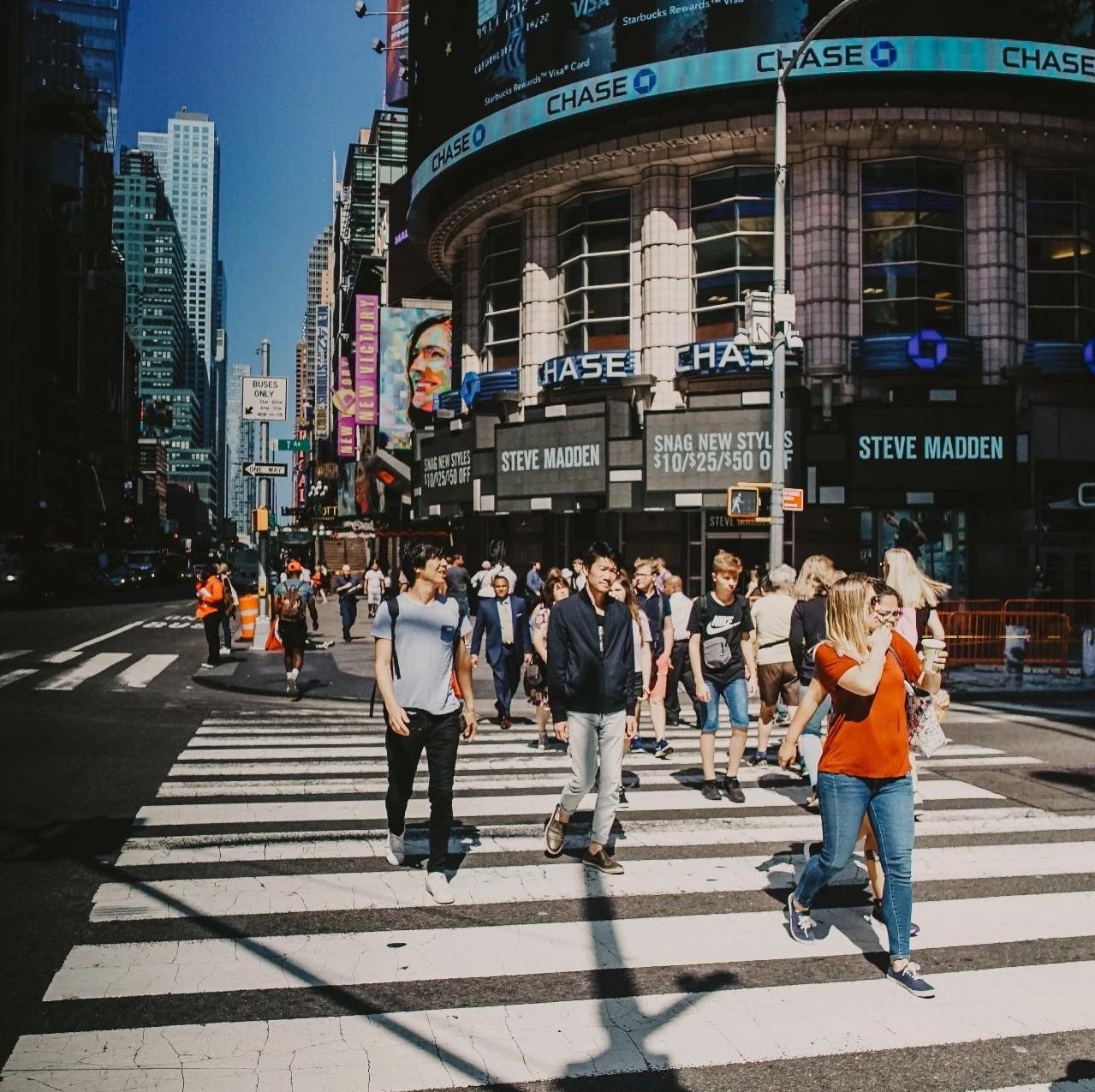天猫总裁宣布今年双11要给消费者节省500亿;51信用卡复牌,涨13%;乐视大厦遭司法拍卖,起拍价6.78亿元……