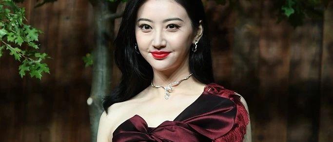 34岁王丽坤穿红裙亮相 与景甜卢靖姗杨采钰斗艳
