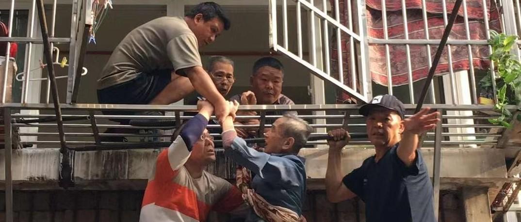惊险!武汉八旬老人忘带钥匙翻窗被卡半空!接下来发生暖心一幕…