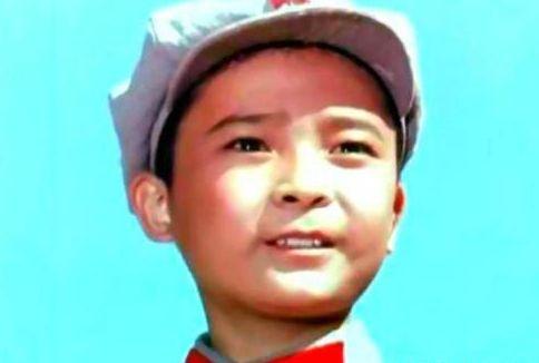 因《闪闪的红星》成名,长了一张娃娃脸,12岁成中国影坛著名童星