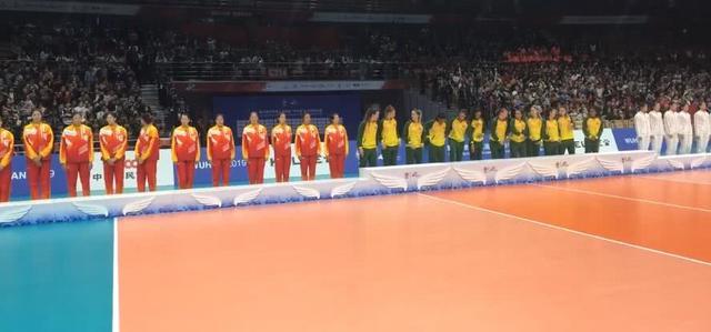 颁奖礼中国姑娘们很沮丧,观众则很给力,大喊:女排,我们顶你!