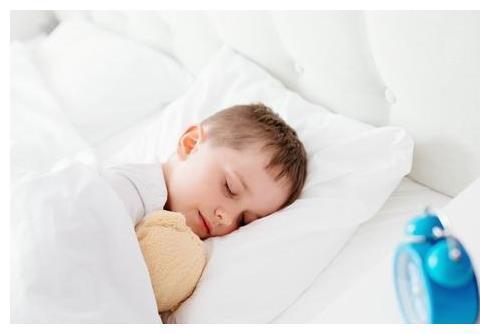 """孩子睡觉时,若喜欢用""""吉祥卧""""的睡姿,好福气伴随一生!"""