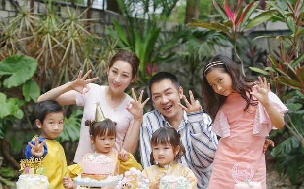 陈浩民娇妻罕见秀身材,背心配短裤秀大长腿,看不出是4个娃的妈