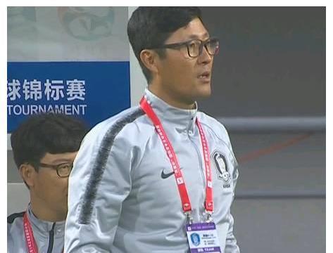 韩国大胜国青后脚踩熊猫杯奖杯庆祝:放声大笑!还做出撒尿动作