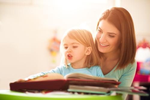 家长经常做3件事,让孩子放下手机,养成爱阅读的好习惯
