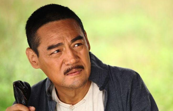 他是国家一级演员,典型的戏红人不红,如今儿子也成了优秀演员