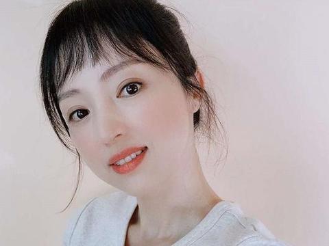 董璇晒自拍皮肤白嫩,碎刘海丸子头超减龄,离婚后瘦了不少