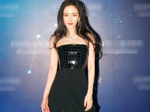 杨幂又偷偷变美,黑色亮片抹胸高开叉长裙加持红唇