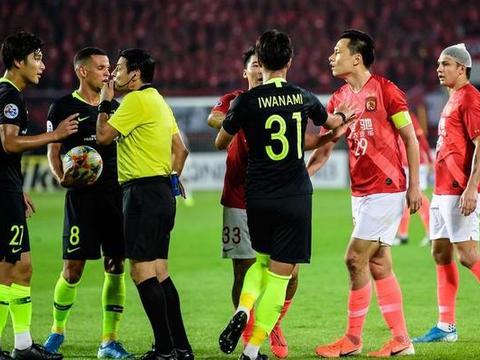 """中国足球又遭遇""""西亚黑哨"""":今晚亚冠判罚激怒恒大2名外援!"""