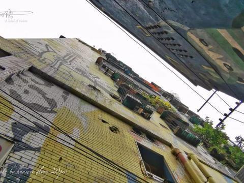 这条涂鸦街,也太花俏了一些,你们觉得呢?