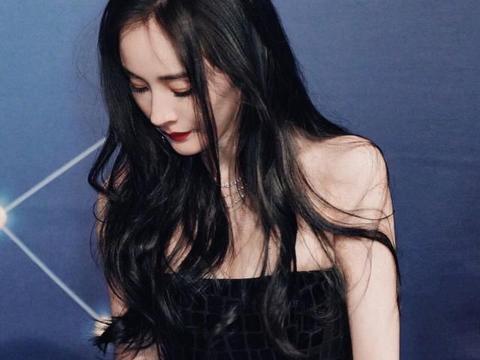 """33岁杨幂终于""""放开""""了,穿抹胸高开叉长裙,这身材女星里罕见"""