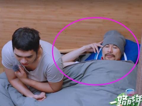 徐锦江终于肯住小木屋,但是看到他睡姿后,观众:还是去酒店住吧