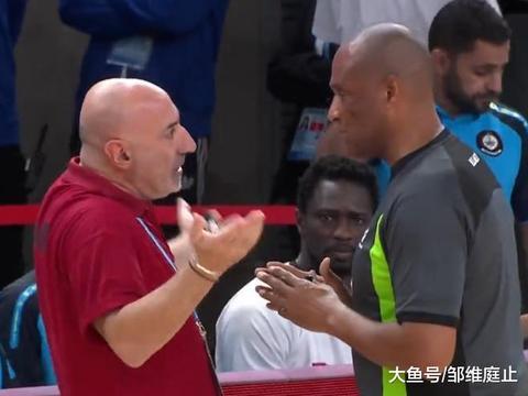 主帅和裁判发生争论,球员间抱摔+口角冲突,中国男篮遇到硬茬子