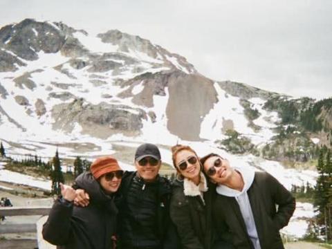 苗侨伟一家四口去雪山度假享家庭乐 穿亲子装露同款笑容拍全家福